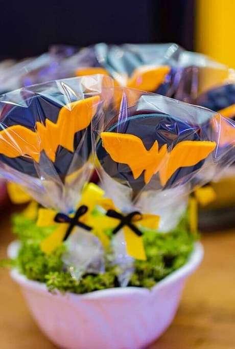 41. Pirulos de chocolates com morceguinhos para decoração de festa de aniversário do Batman – Foto: OfferUp