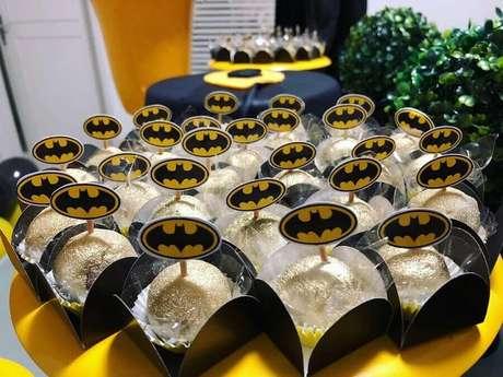 43. Plaquinhas com símbolo do Batman para compor a decoração de festa de aniversário do Batman – Foto: Rafaella Lucêna