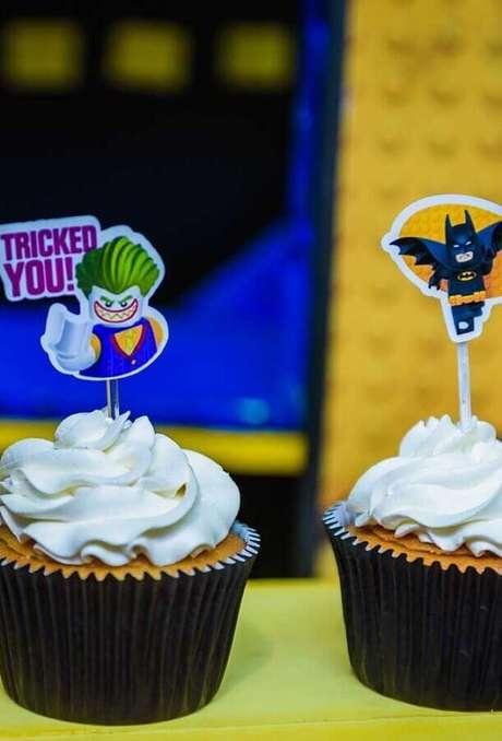 44. Invista em plaquinhas de outros personagens para a festa do Batman simples – Foto: Pinterest