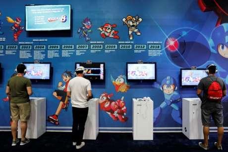 Participantes jogam videogames na E3, a maior convenção do mundo de videogames em Los Angeles, nos Estados Unidos