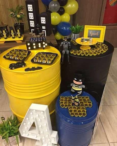 48. Tonel personalizados são ótimos para apoiar docinhos e decorar a festa infantil do Batman – Foto: Maria das Cozinha