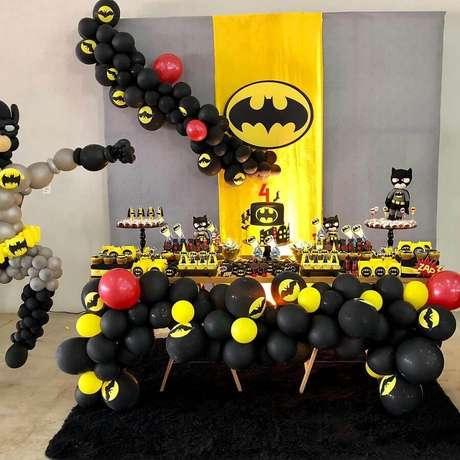 49. Festa de aniversário do Batman decorada com vários bonequinhos e bexigas – Foto: Maressa Party Planner