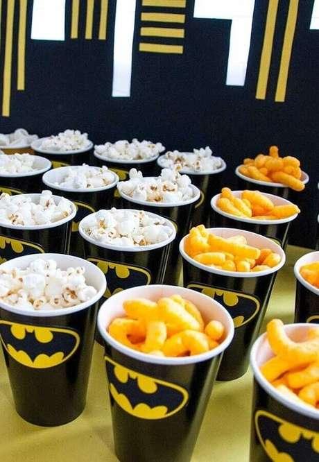 50. Copos personalizados também fazem parte da festa do Batman simples – Foto: Sweet by Nature