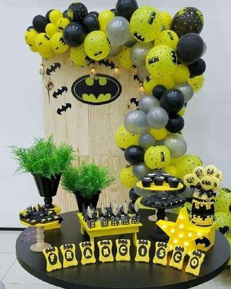 52. Bexigas são ótimas para festa do Batman simples – Foto: Darcya Valença Decorações