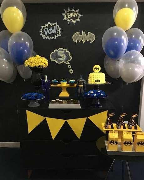 53. Festa do Batman simples decorada com painel preto e bexigas – Foto: Faz de Conta
