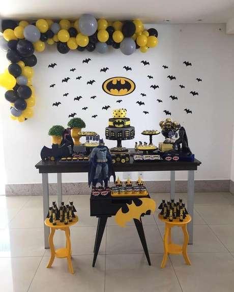 54. Festa do Batman simples decorada com vários morcegos de papel e arranjo de bexigas – Foto: Aline Alves