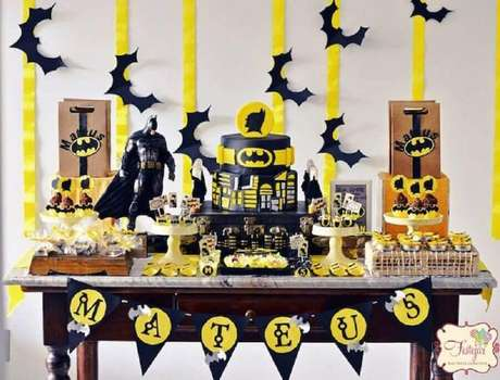 55. Festa do batman simples decorada em preto, branco e amarelo – Foto: Festejar
