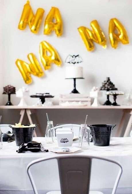 56. Balões de letra também podem ser usados na decoração de festa do Batman simples – Foto: Pinterest