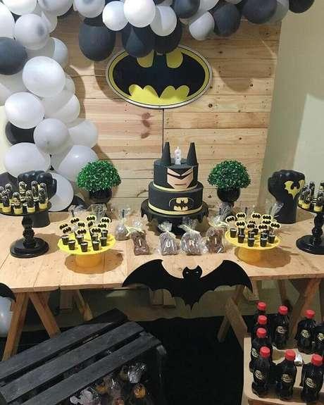 57. Festa infantil do Batman com decoração rústica – Foto: Little Festa