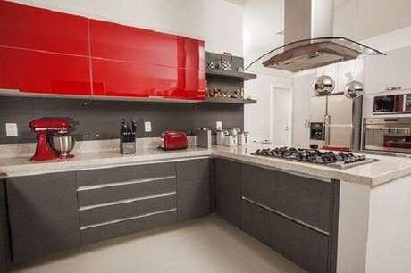 70. Cozinha em l com armários na cor chumbo e vermelho. Fonte: Pinterest