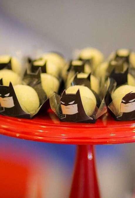 58. Invista em forminhas de doce com o rostinho do personagem para a festa de aniversário do Batman – Foto: Zozu