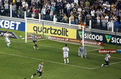 O jogador Alerrandro comemora seu gol durante a partida entre Santos x Atlético MG, realizado no Estádio da Vila Belmiro em Santos, SP. A partida é válida pela 8ª rodada do Campeonato Brasileiro 2019.