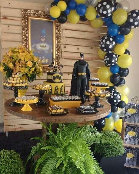 64. Bonecos sempre dão um toque especial na decoração do Batman para festa infantil – Foto: La Frantelie Festas