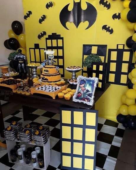 65. Não é preciso de grandes investimentos para elaborar um lindo painel para decoração de festa do Batman – Foto: Ateliê Nossa Arte Decor