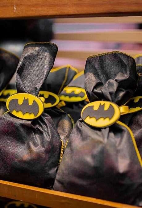 67. Pacotinhos de lembrancinhas para festa do Batman – Foto: Elo7