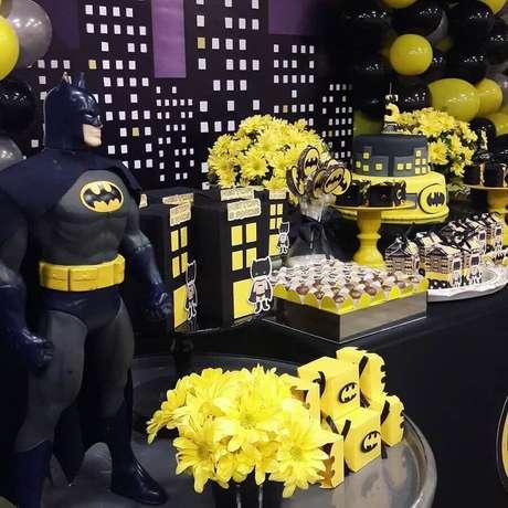 68. Linda decoração para festa infantil do Batman – Foto: Rúbia Nascimento