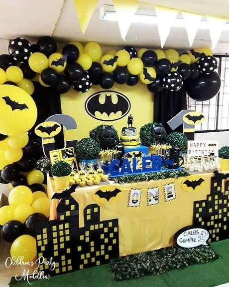 69. Invista em bastante amarelo para deixar a decoração da festa do Batman mais divertida e alegre – Foto: Children's Party Medellins