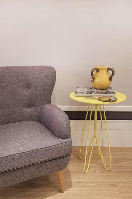 7. O sofá retrô possui os botões de botonê – Foto: Urbano Studio