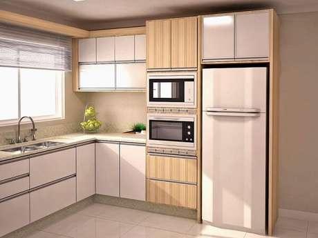 73. Modelo de cozinhaem l planejada com armários em tons claros. Fonte: Pinterest