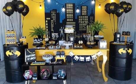 70. Painel com desenhos de prédios para decoração de festa do Batman – Foto: Emocionaris Festas