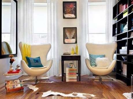 8. Coloque poltronas para decorar a sala com o sofá retrô. O sofá estilo retro fica ainda mais bonito – Foto: Lushome
