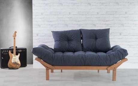 10. Para solteiros, o sofá cama retrô é uma ótima pedida para hospedar os amigos em casa – Foto: A casa que minha vó queria