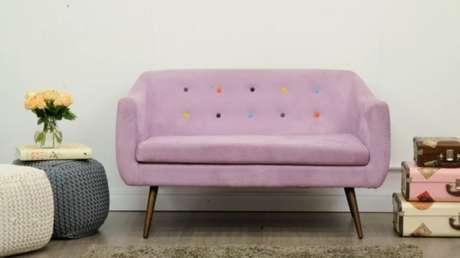 6. Que tal apostar no sofá retrô vintage no tom lilás? Alegre e delicado! – Foto: Canada Fengshui