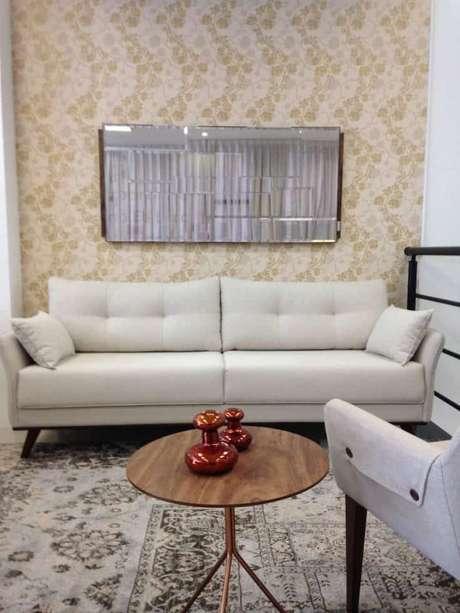 13. Sofá retrô neutro na cor bege para uma sala clássica – Foto: Pinterest