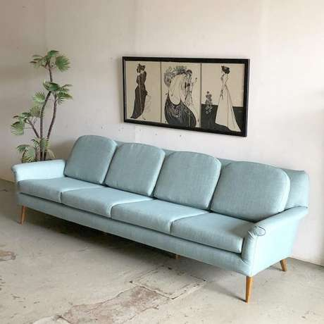 18. Sofá retrô azul claro com quadros minimalistas para ambientes clean – Foto: Pinterest