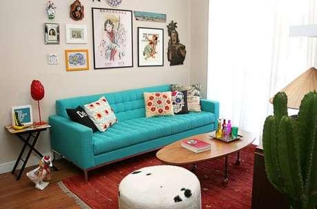 15. Sofá retrô azul tiffany com decoração colorida – Foto: Construindo decor