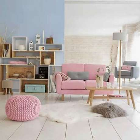 16. Que tal uma decoração delicada com o sofá retrô vintage cor de rosa? – Foto: Casa vogue