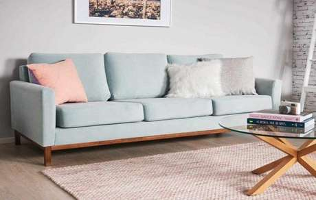 22. Sala com sofá retrô na azul claro com almofada rosa claro. Delicado nos pequenos detalhes! – Foto: Unicorns