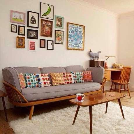 23. Sofá retrô estilo anos 50 com almofadas coloridas. – Foto: Pinterest