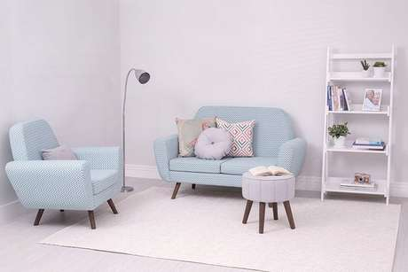 25. Sofá retrô estampado para salas claras e iluminadas. – Foto: Pinterest