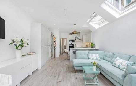 30. sala clara com sofá retrô azul clarinho, bem delicado – Foto: Ashley Gray