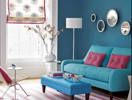 32. Sala rosa e azul com sofá retrô – Foto: Pinterest