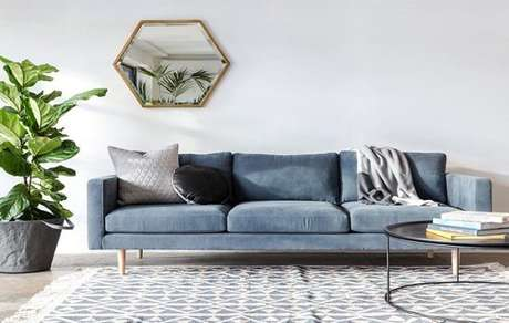33. Decoração de sala com sofá retrô 3 lugares e espelho geométrico – Foto: Pinterest