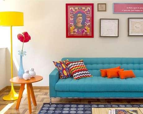 34. Sala nas cores azul e laranja, com detalhes em amarelo, para o sofá retrô ser ainda mais bonito – Foto: Jaqueline Fernandes