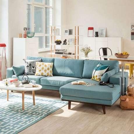 35. Sofá retrô na sala em tons de azul com pequenos detalhes em amarelo – Foto: Pinterest