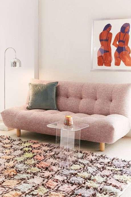 36. Sofá retrô cor de rosa com tapete fofo e delicado – Foto: Pinterest