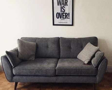 38. Ambientes minimalistas também combinam com o sofá retrô. – Foto: Pinterest