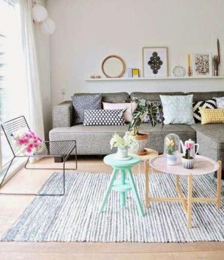 40. Quanto mais almofadas no sofá retrô, melhor! Foto: Pinterest