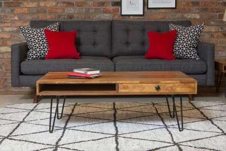 41. O sofá retrô também combina perfeitamente com as almofadas em vermelho. – Foto: Artcomplanejados