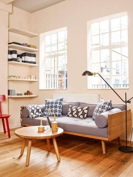 43. Não se esqueça de adicionar uma mesa de centro junto do seu sofá retrô para deixar o ambiente ainda mais bonito! – Foto: Pinterest