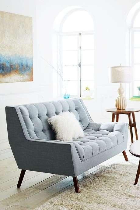 37. A almofada de pelos fica ainda mais bonita no sofá retrô 3 lugares – Foto: Pinterest