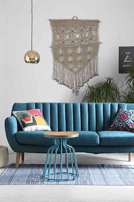46. O macramê é uma tecnica perfeita para usar na decoração de sala com sofá retrô. – Foto: Pinterest