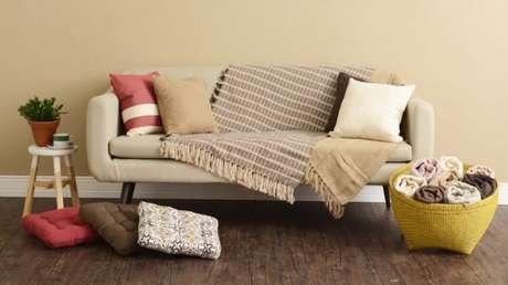 9. A decoração do sofá retrô 3 lugares fica ainda mais bonita com a manta – Foto: Charme do lar