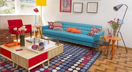 48. Ambientes coloridos ficam lindos com o sofá retrô! – Foto: Decoração e arte