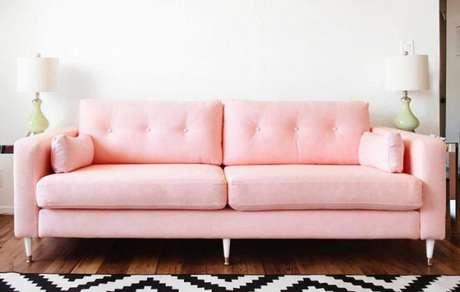 49. Que tal usar o sofá retrô rosa com tapete geométrico? É a mistura perfeita! – Foto: Pinterest