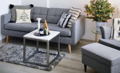 14. Sofá retrô cinza com almofadas divertidas – Foto: New Store